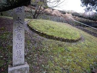安まろの墓.jpg